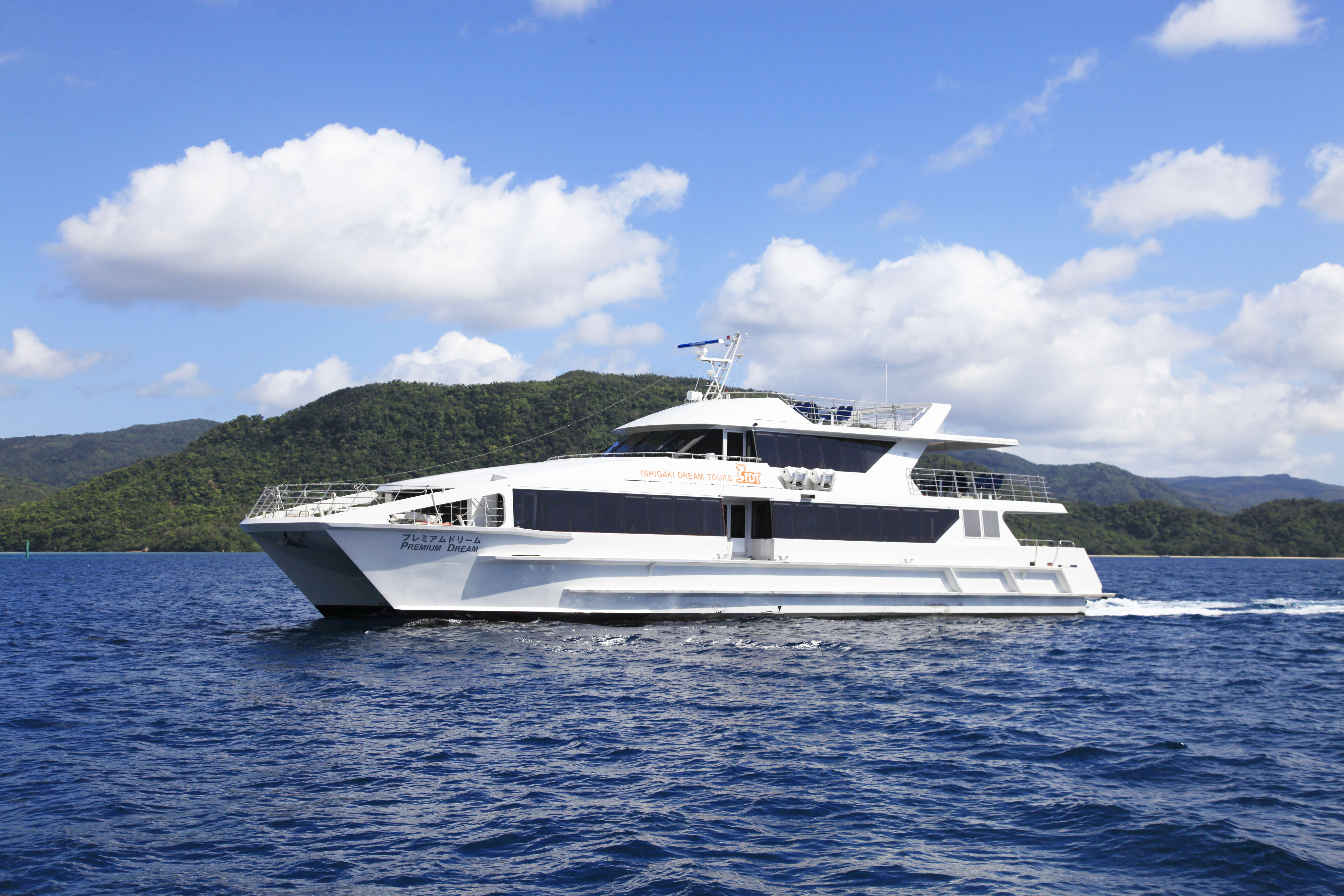 大型で快適な双胴船「プレミアムドリーム」
